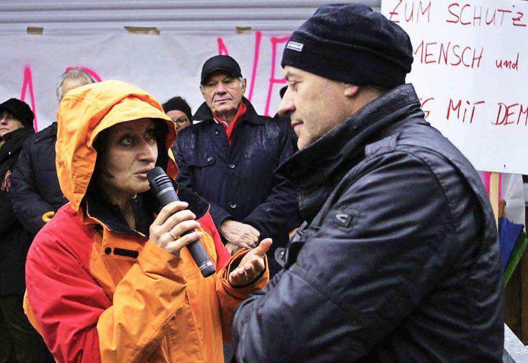 Sabine Lampe interviewte Konrad Saum, ...aftanlagen rund um seinen Hof leidet.   | Foto: Christian John