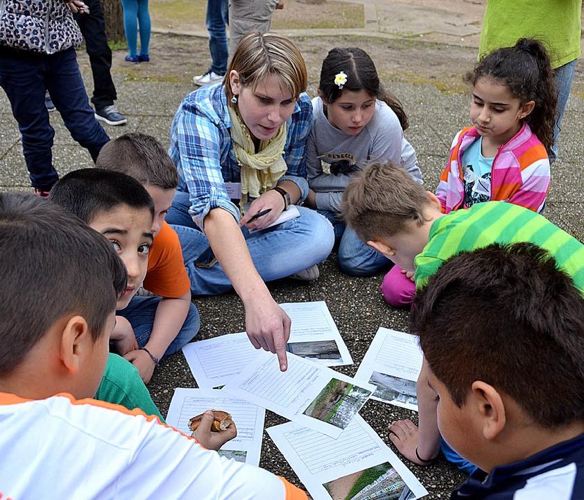 Lily Winzer half den Kindern beim Ausf...Protokolle über den Stadtspaziergang.   | Foto: Ulrich Senf