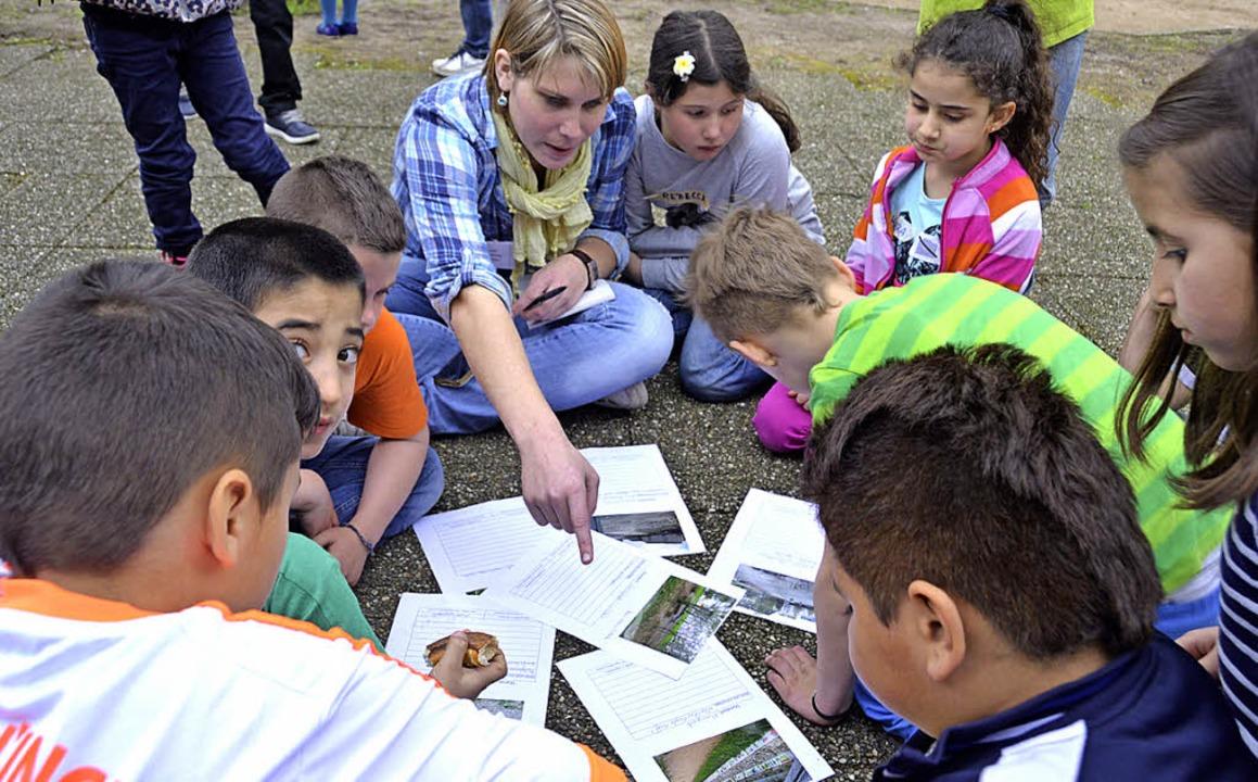 Lily Winzer half den Kindern bei Ausfüllen der Protokolle.    | Foto: SENF