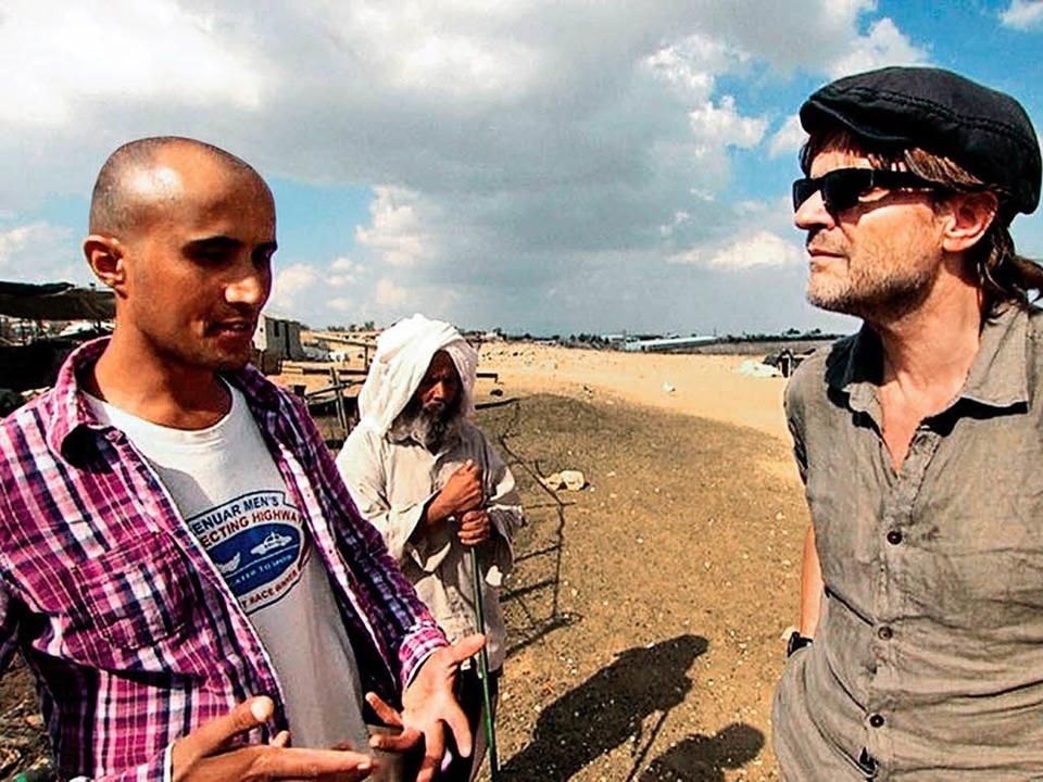 Im Gespräch: Andreas Altmann mit einem Palästinenser   | Foto: Colin Rosin