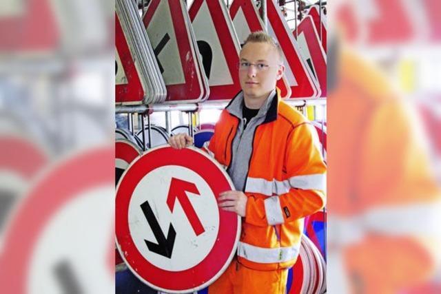 Ausbildungsberuf Straßenwärter: Im Schilderwald kennt sich Dimitrij Kruglov aus