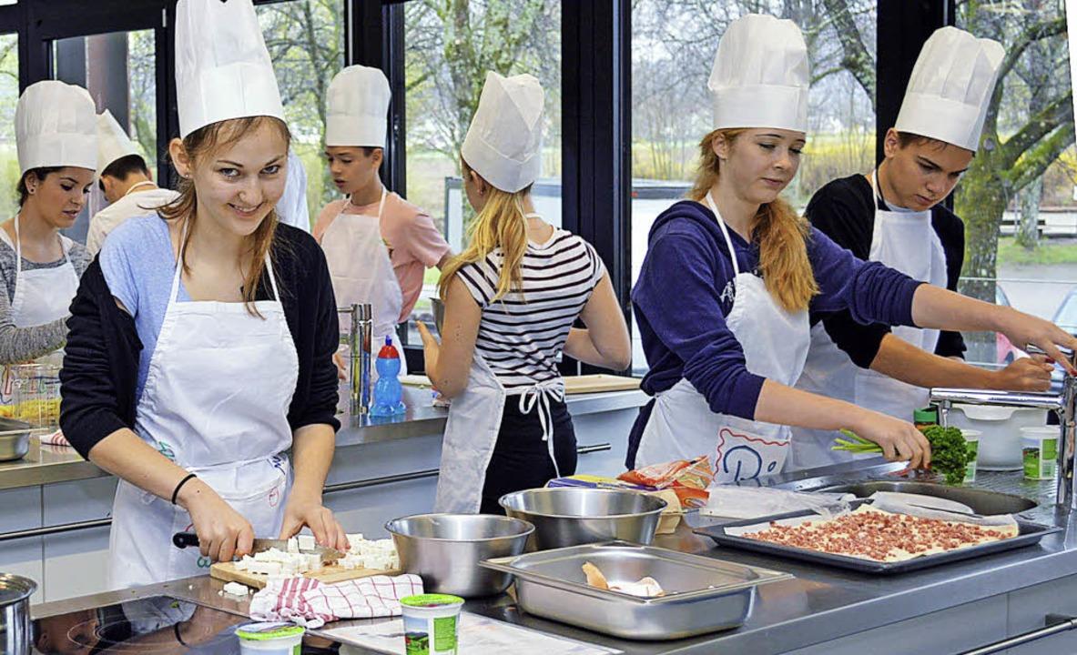 Die Koch-AG an der Realschule am Giers...he ihre Fähigkeiten beim Pizzabacken.   | Foto: Gerhard Lück