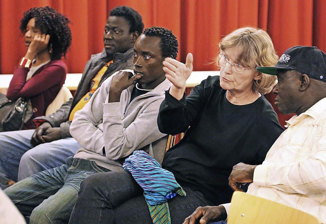 Kontakte mit Flüchtlingen aus Gambia b...bend im evangelischen Gemeindezentrum.  | Foto: Hartwig Kluge