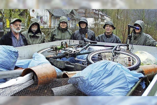 Eine Menge Müll aus der Wiese gefischt