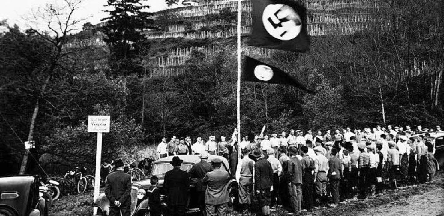SS-Leute hissen  am Tuniberg die Hakenkreuz-Fahne.  | Foto: RP Freiburg, Referat Denkmalspflege
