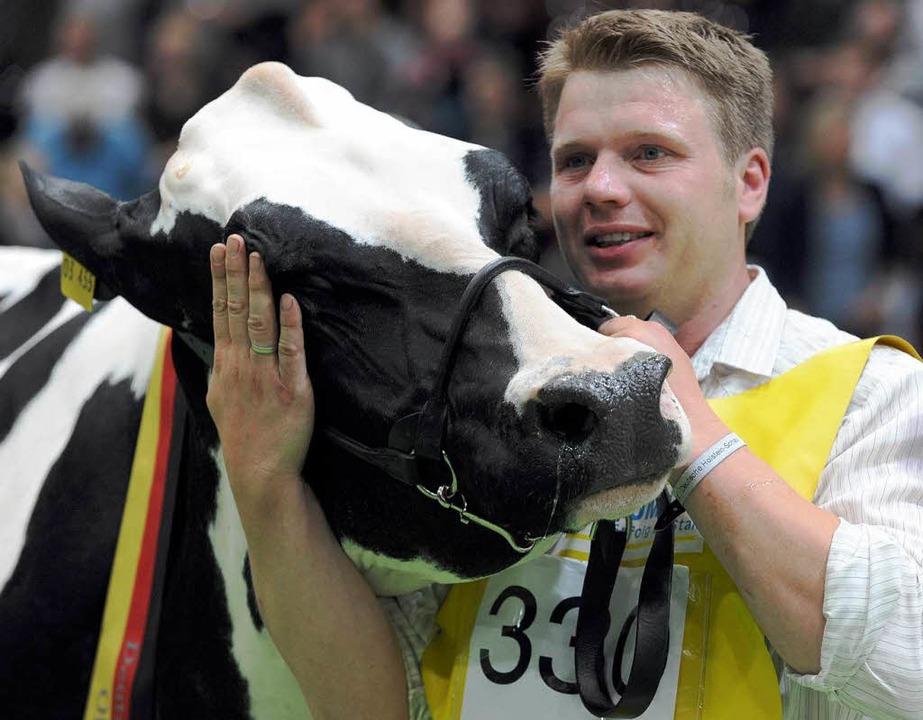 Euterelite: Kuh Krista mit Besitzer Jörg Seeger  | Foto: Ingo Wagner