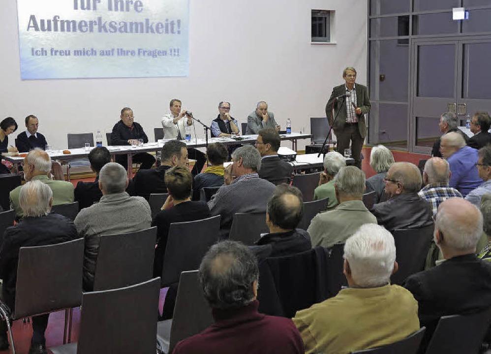 Bei der Mitgliederversammlung des Bürg...Gerhard Kaiser die Alternativplanung.   | Foto: Philipp