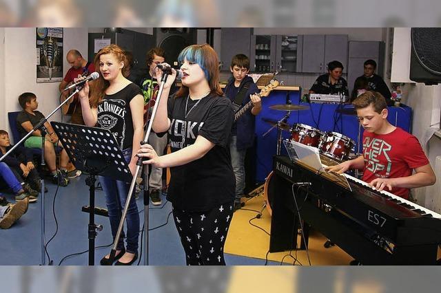 """""""Fusion of Melodies"""" und """"Relax another day"""" spielten in der Kippenheimer Grund- und Werkrealschule"""