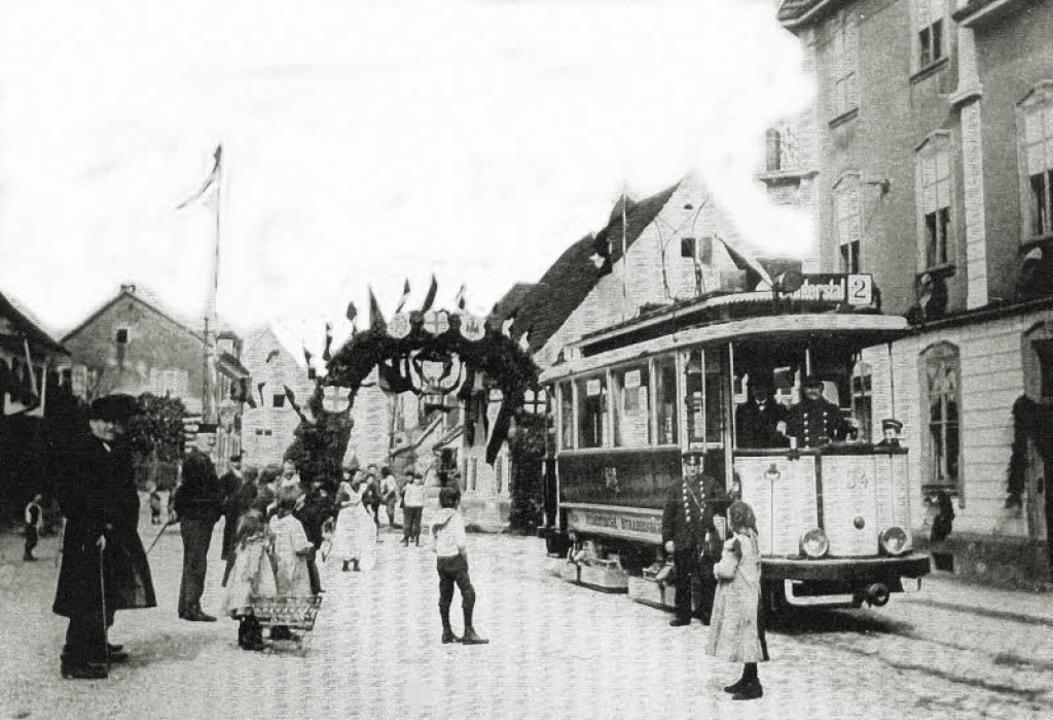Mit einer Ehrenpforte wurde am 10. Mär...ßenbahn in Zähringen freudig begrüßt.     Foto: Archiv Hans Sigmund