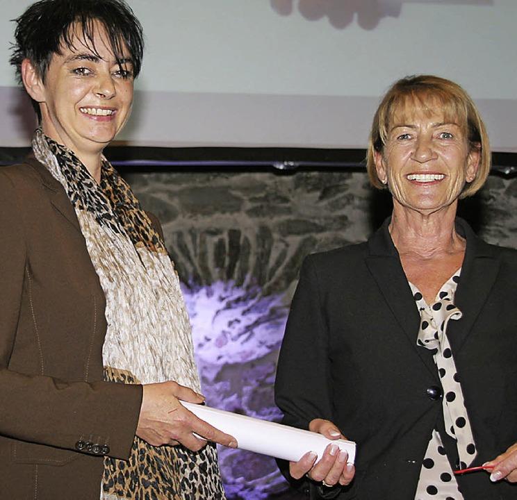 Generationenwechsel: Hannelore Franke ...ice an ihre Tochter Manuela Faller.       Foto: Charlotte Fröse