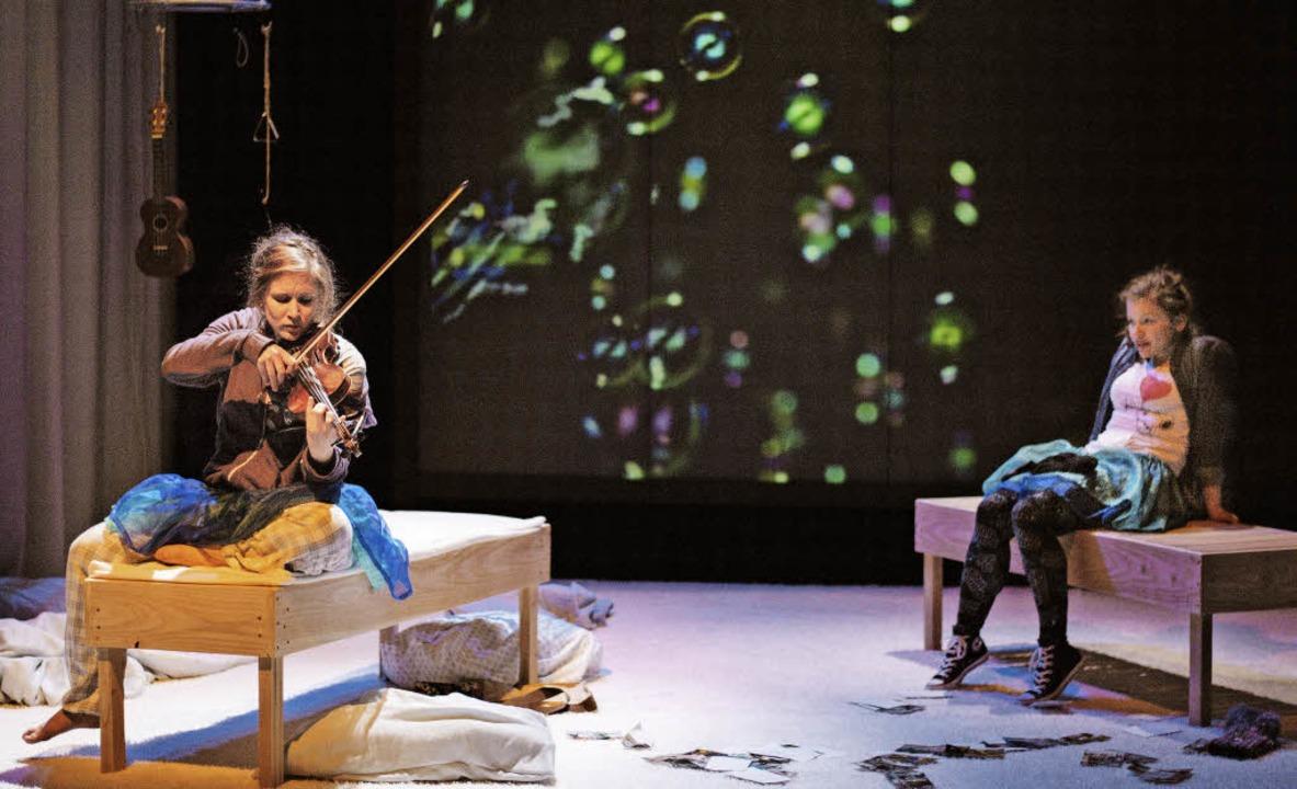 Zus (Veronika Sautter) spielt für Math...beth Kreßler) den Seifenblasenwalzer.   | Foto: Fionn Grosse
