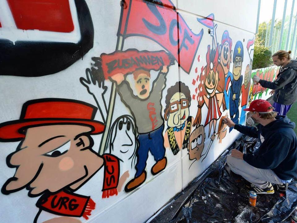 Ganz schön bunt: Graffiti-Aktion am Sitz des Freiburger Fanprojekts.  | Foto: Michael Bamberger