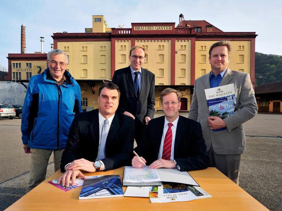 Vorvertrag unterzeichnet: Jochen Brugg...tin Haag und Albrecht Ganter (hinten).  | Foto: Thomas Kunz