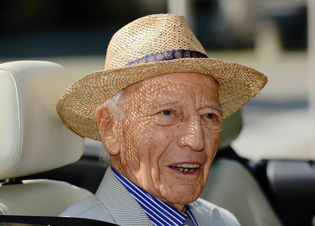 Walter Scheel sitzt an seinem 94. Geburtstag in einem Cabrio.  | Foto: dpa