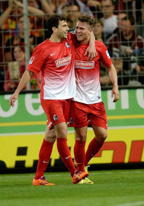 Starkes Duo: Mehmedi mit dem Teamkollegen Felix Klaus  | Foto: dpa
