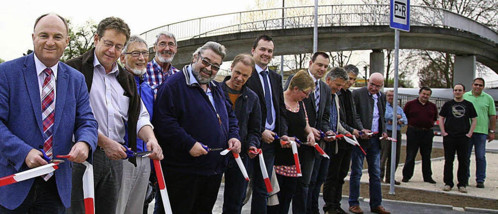 Gemeinsam wird beim  Orschweier Bahnhof des Ende der Bauarbeiten gefeiert.     Foto: Sandra Decoux-Kone