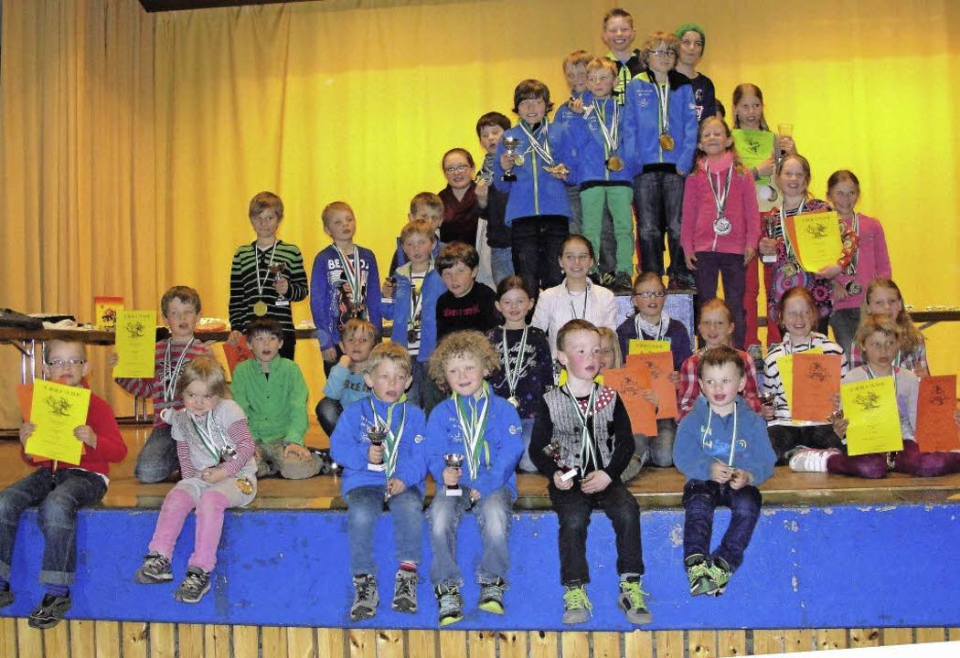 Beim Schülerskifest in Feldberg stande...eine und stolze Sieger auf der Bühne.   | Foto: Tina Hättich