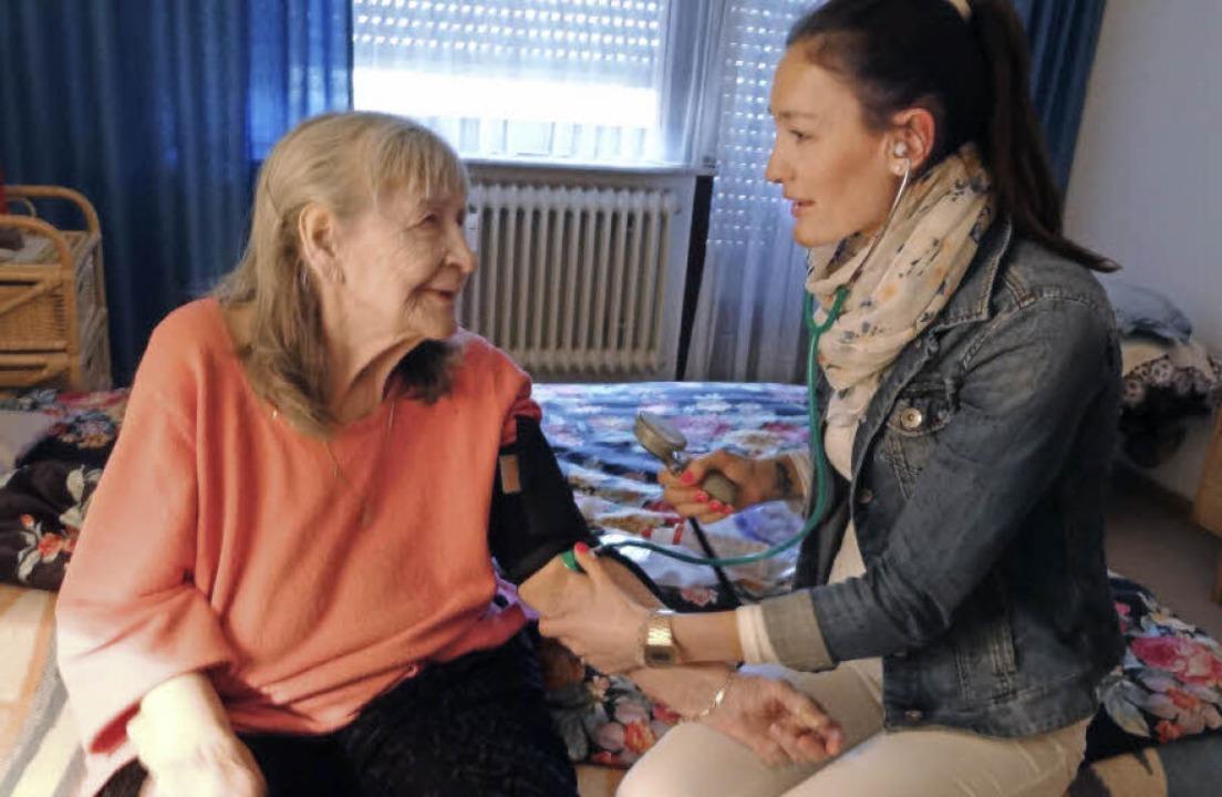 Sabrina Link (rechts) ist eine Lotsin,..., Praxis und Pflegedienst vermittelt.   | Foto: David Eickhoff
