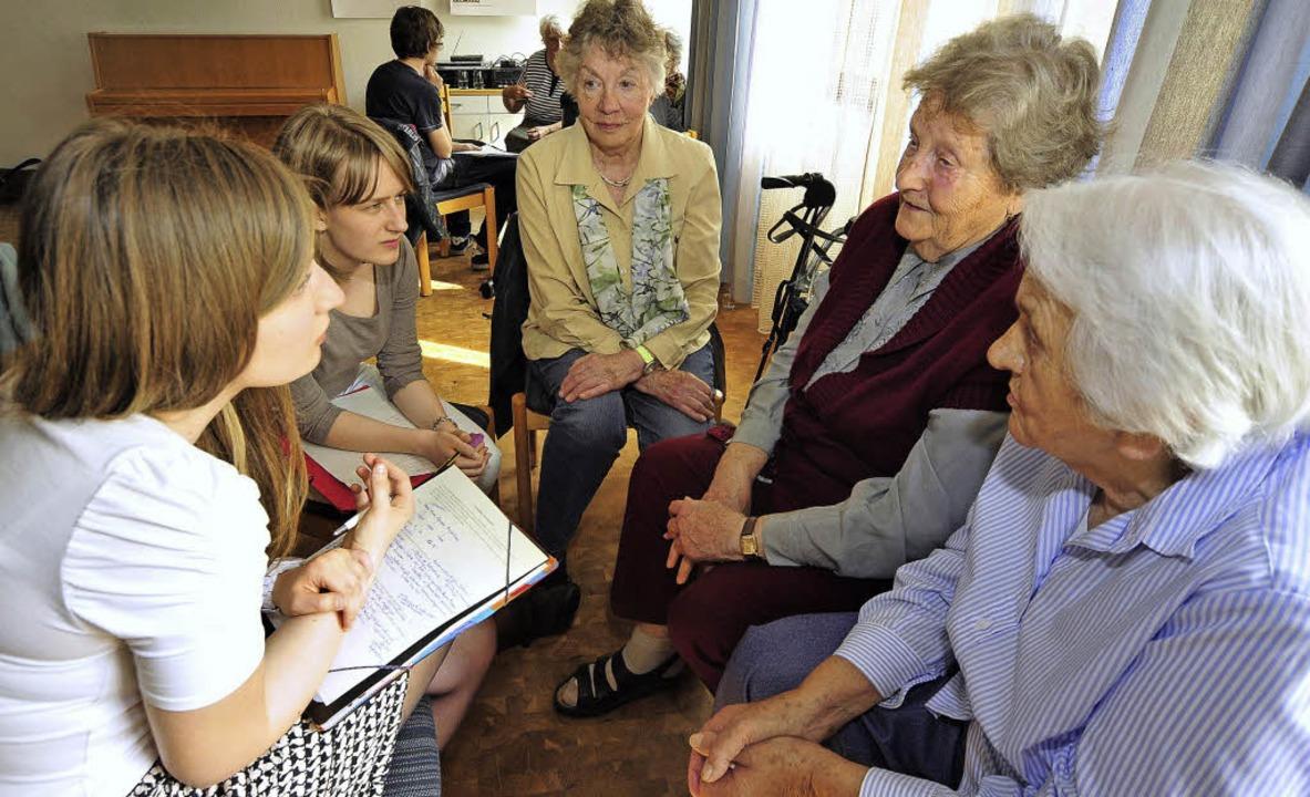 Die Schülerinnen Johanna Gillig (links... im Gespräch mit drei Zeitzeuginnen.      Foto: Thomas Kunz