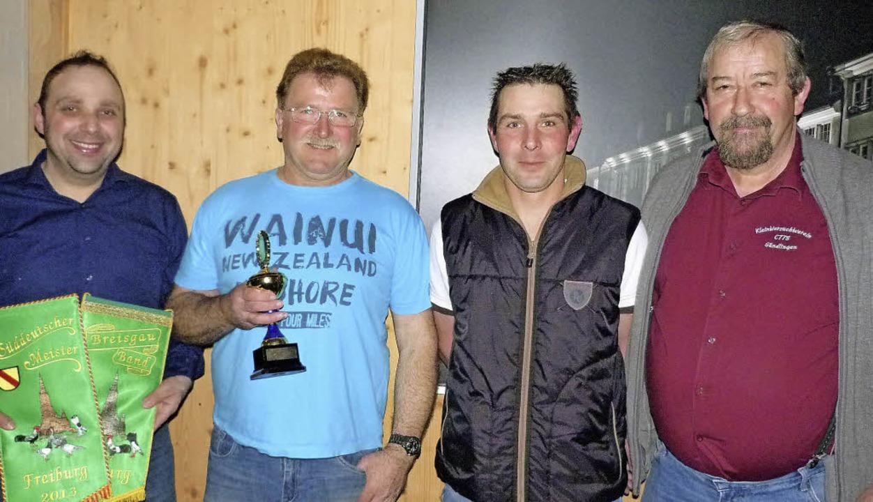 Vorsitzender Gerhard Jöhle (rechts) un... Sven Jöhle (links) für ihre Erfolge.   | Foto: christine weirich
