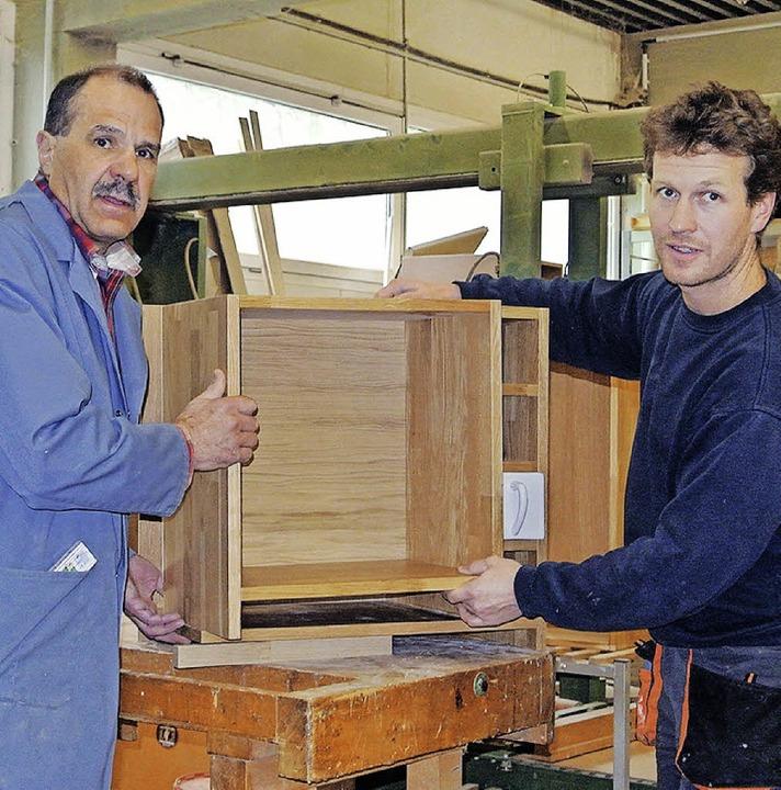 Schreinermeister Karl-Heinz Wuchner und Marcus Steiger (v.li.)    Foto: Marin Maier
