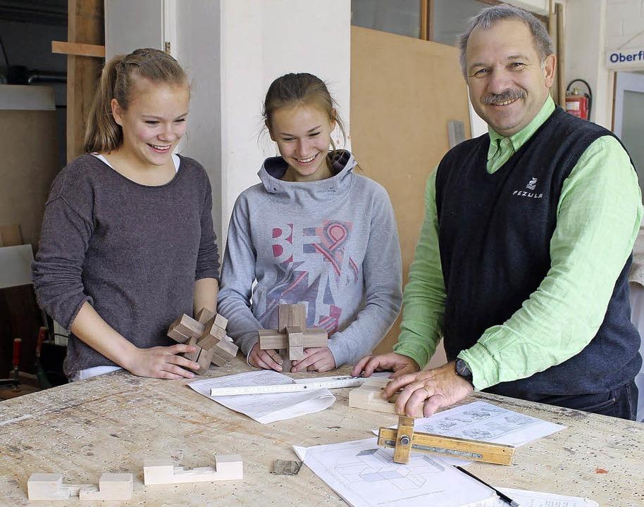 Michael Schwab mit seinen Schützlingen beim Girls' Day.   | Foto: A. Greiner