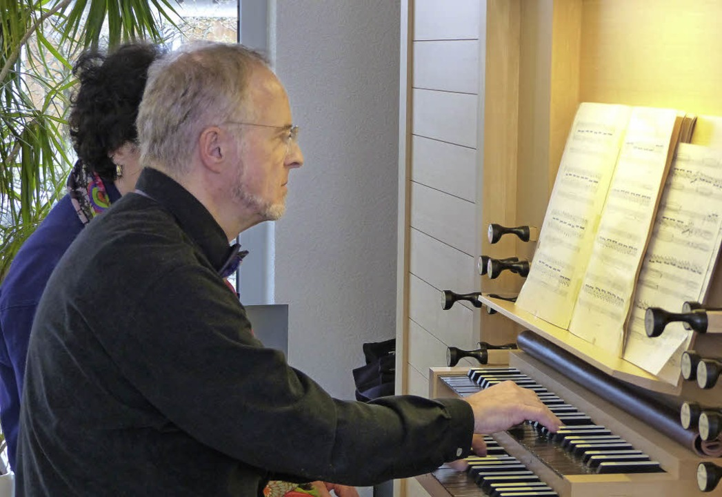 Michael Felix an der Mathis-Orgel     Foto: Ingrid Arndt