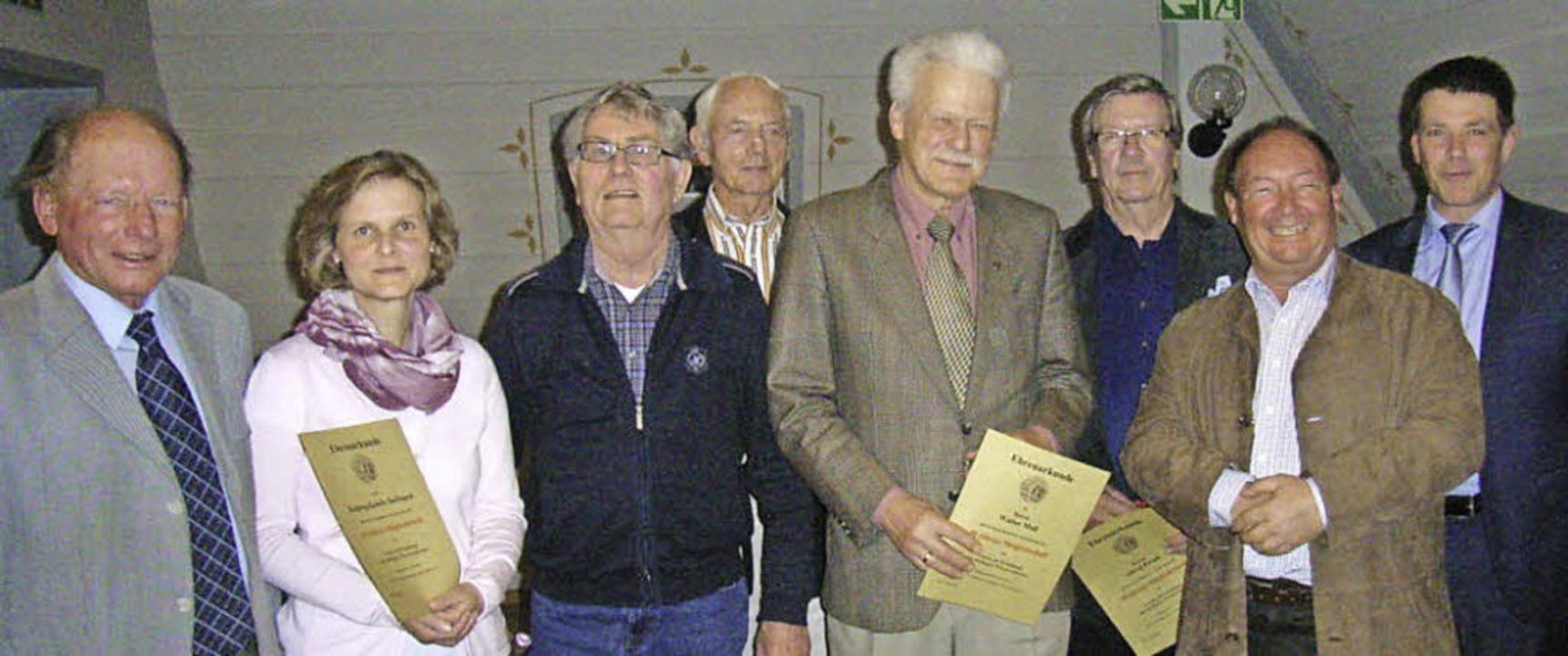 Vorsitzender Gustav Schröder (von link...nd, Bürgermeister Marco Muchenberger.   | Foto: Jo Högg