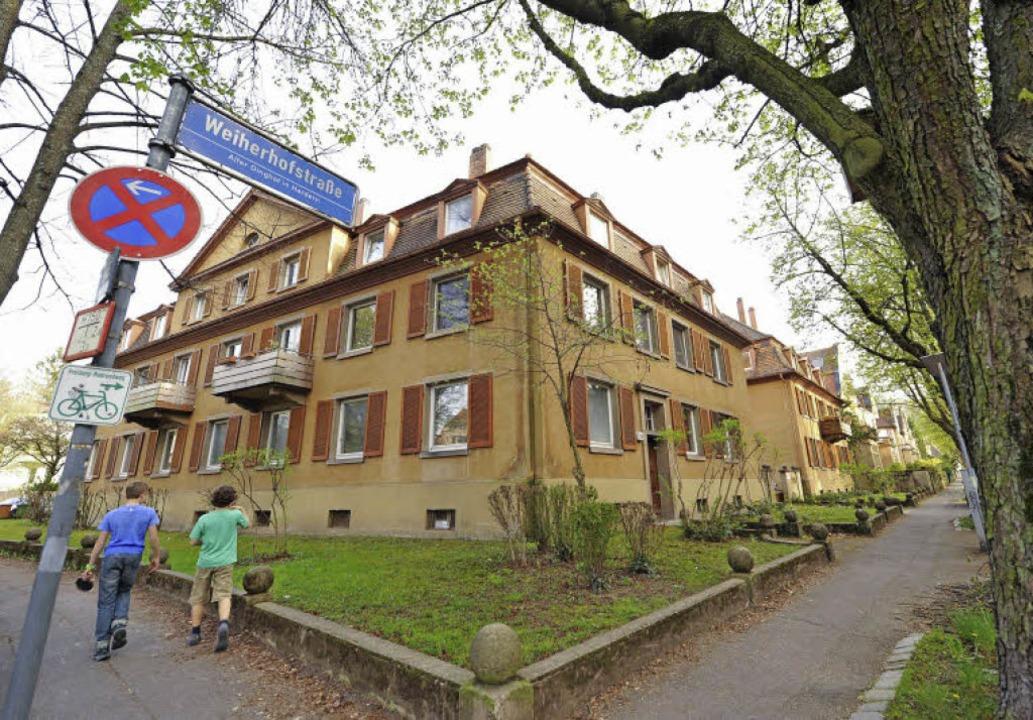 Der Bauverein-Gebäudekomplex direkt am...au mit mehr Wohnungen ersetzt werden.     Foto: Rita Eggstein
