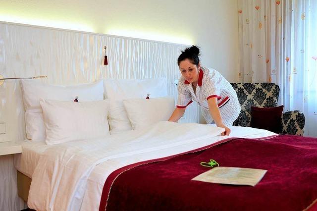 Hoteliers übergeben Ordner mit Formularen