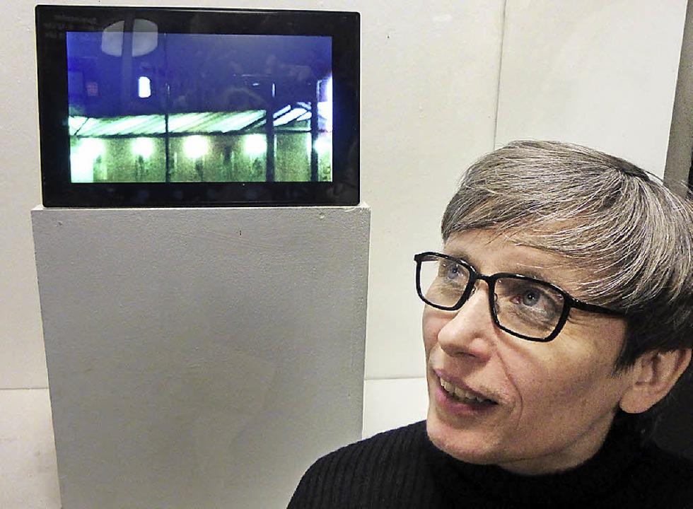 Ute Knüfer mit einer ihrer Fotografien, die in Ehrenkirchen entstanden sind.   | Foto: Anne Freyer