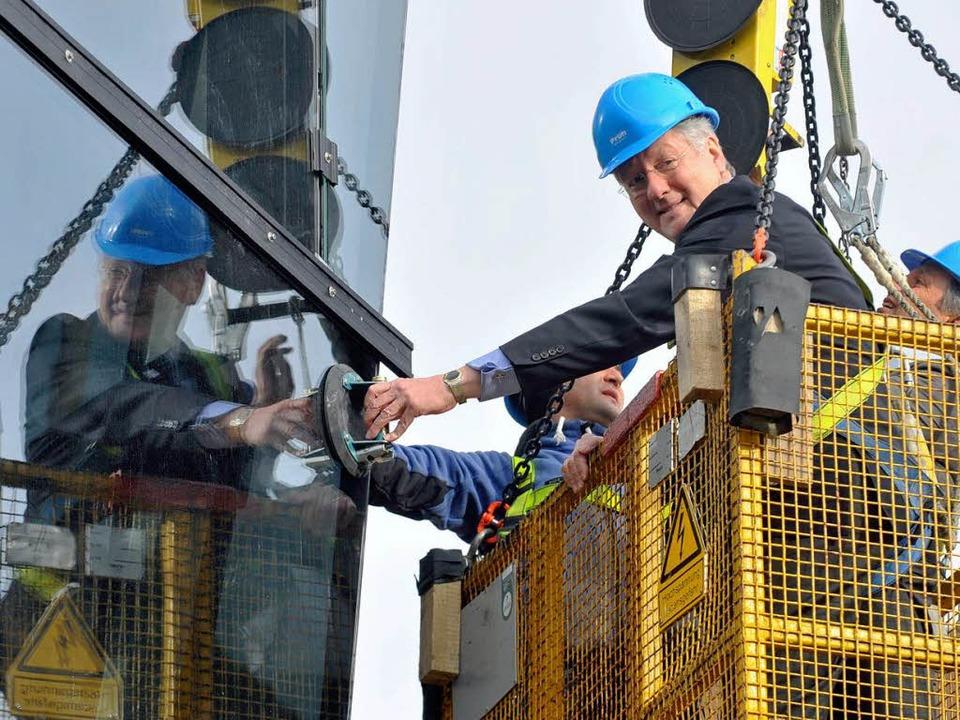 Unirektor Hans-Jochen Schiewer besichtigt die Fassade.  | Foto: Michael Bamberger