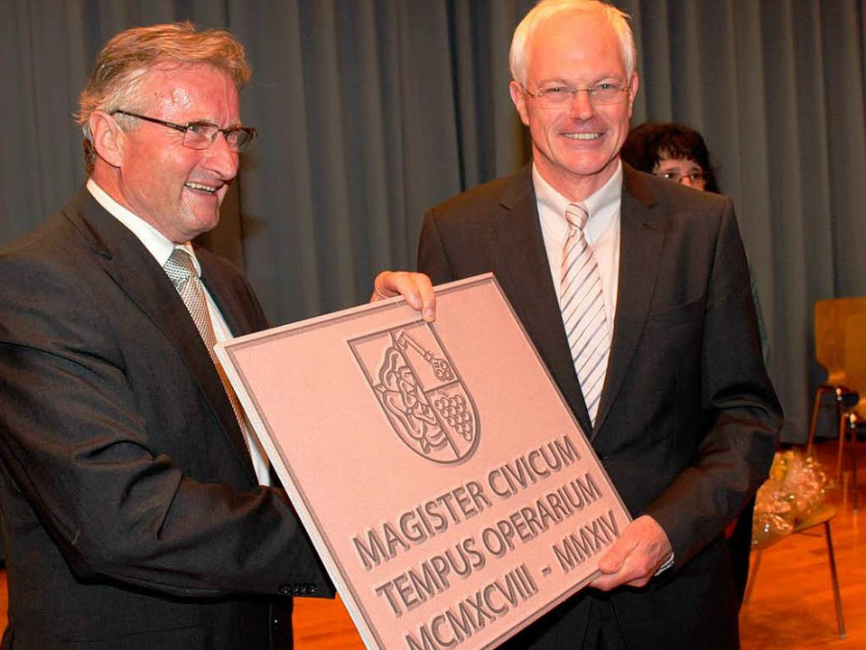 In  Stein auf lateinisch  hat Eckart E...eratsgeschenk übergab Peter Baldinger.    Foto: Mario Schöneberg