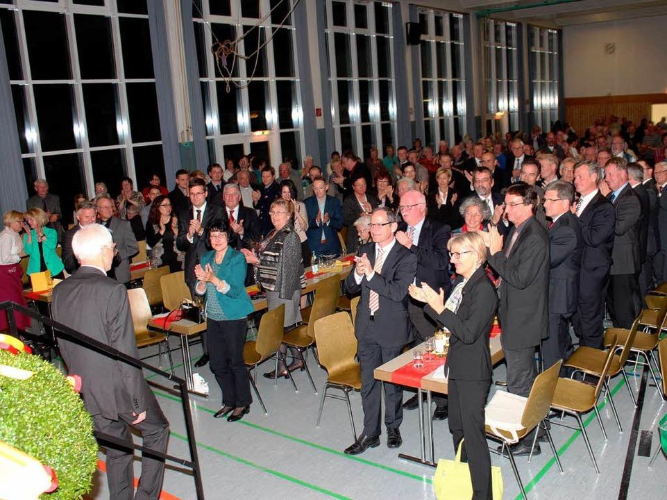 Stehenden Beifall gab es in der Merdin...einer Abschiedsrede die Bühne verließ.  | Foto: Mario Schöneberg