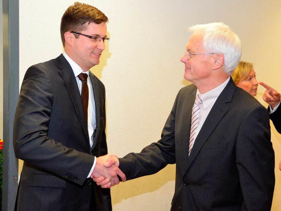 Händedruck mit seinem Nachfolger: Martin Rupp und Eckart Escher.    Foto: Manfred Frietsch