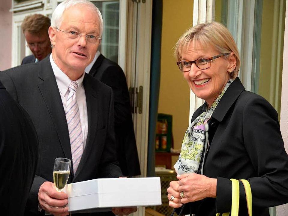 Landrätin Dorothea Störr-Ritter hat ein Präsent und gute Wünsche mitgebracht.  | Foto: Manfred Frietsch