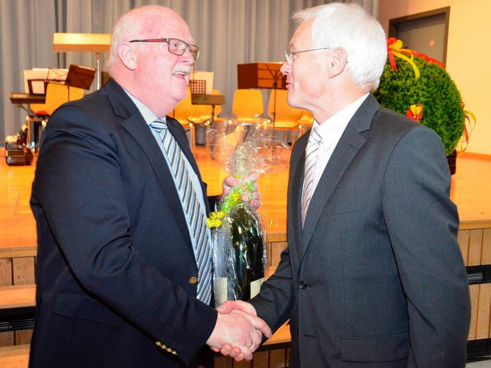 Für die Bürgermeisterkollegen gratuliert Josef Hügele aus March.    Foto: Manfred Frietsch