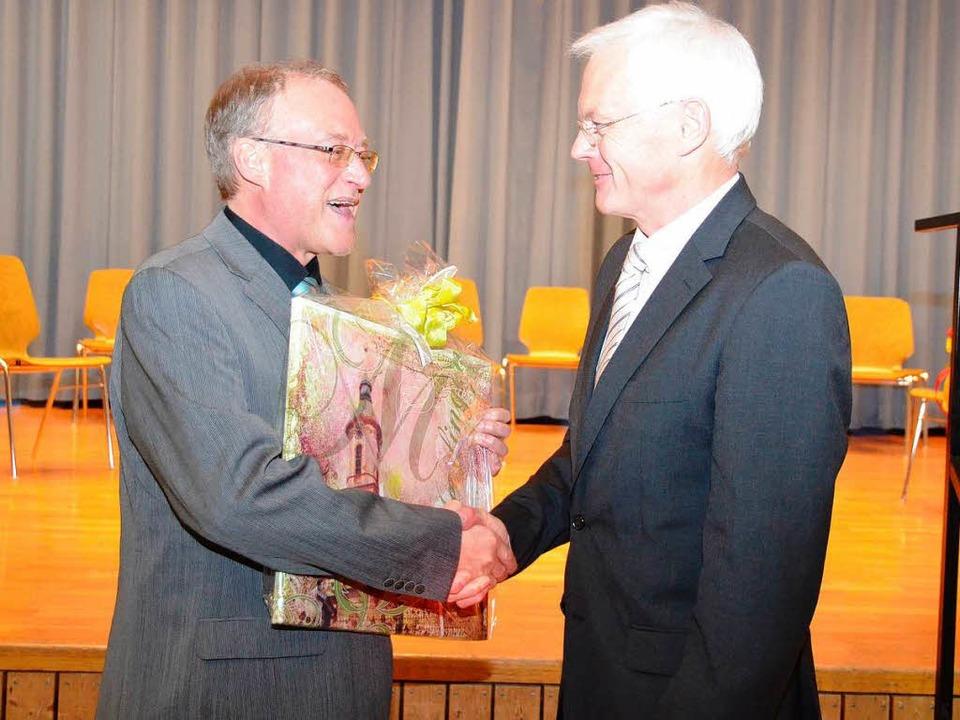 Pfarrer Josef Moosmann dankt für die Z... mit der katholischen Kirchengemeinde.  | Foto: Manfred Frietsch