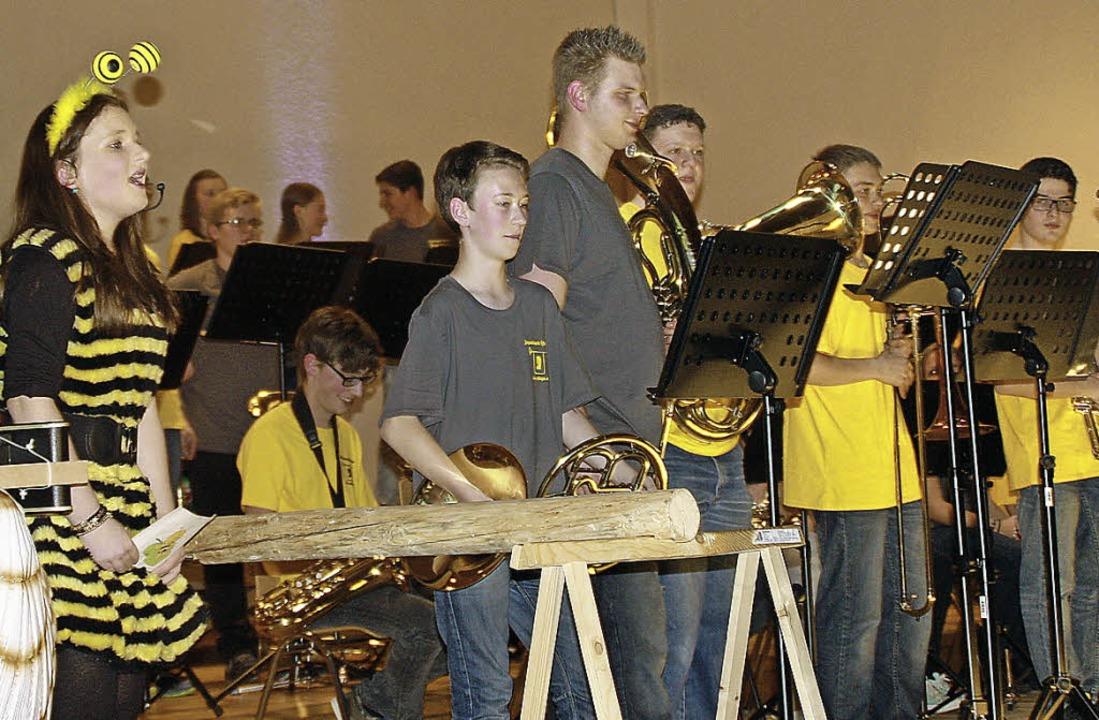 Die Öflinger Jugendkapelle mit Ansager...e Maier im Biene-Maja-Kostüm (links).   | Foto: Gerd Leutenecker