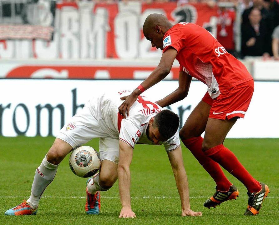 Fernandes im Zweikampf mit Ibisevic    Foto: dpa