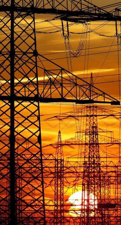 Damit Engpässe ausbleiben, will die Eu... europaweites Energienetz investieren.  | Foto: dpa