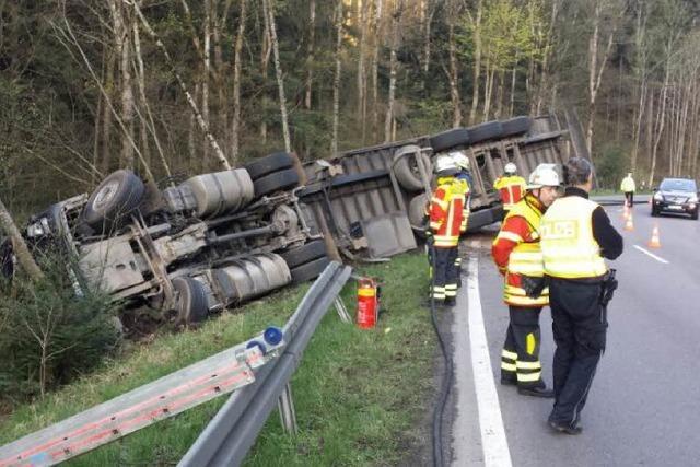Höllental: Holztransporter umgekippt – Verkehrsumleitung