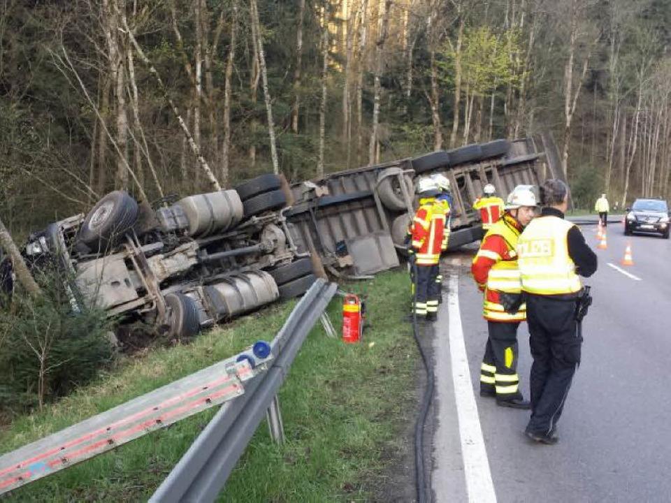 Im Höllental ist ein Holztransporter u... Krankenhaus gebracht. Foto: Kamera 24  | Foto: Martin Ganz