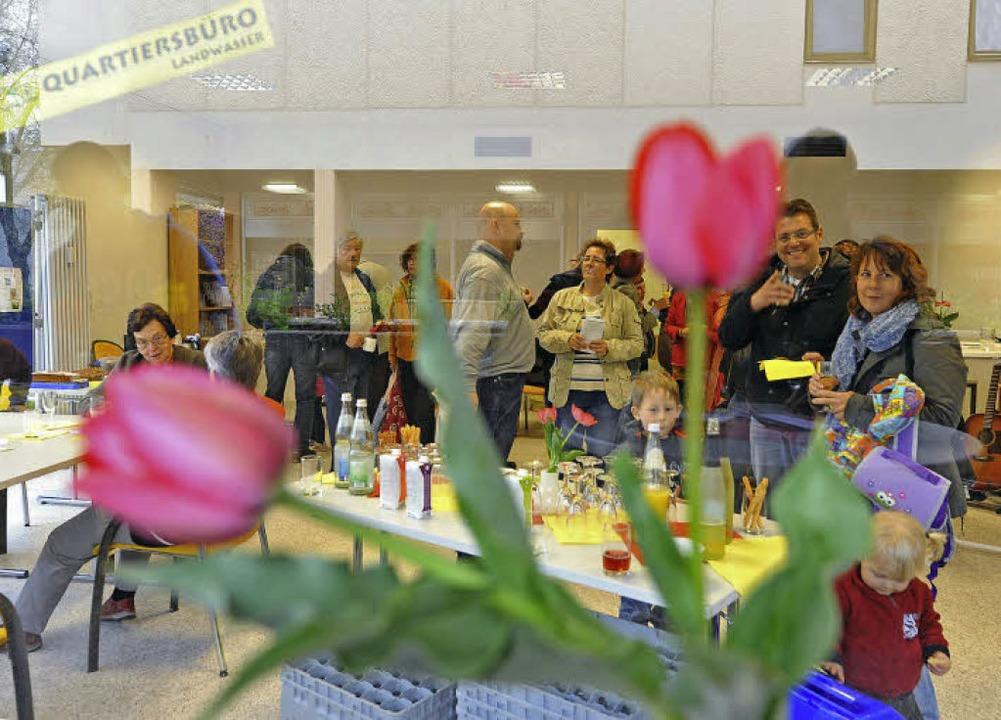 Trinken, essen, sich begegnen: Im Quar...dwasser wurde die Eröffnung gefeiert.   | Foto: Rita Eggstein