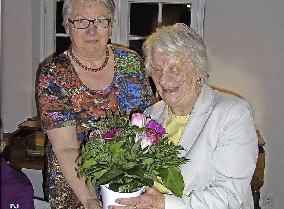 Gerlinde Gerspach (links) gratuliert Mundartdichterin Erna Jansen.   | Foto: Erhard Schöpflin