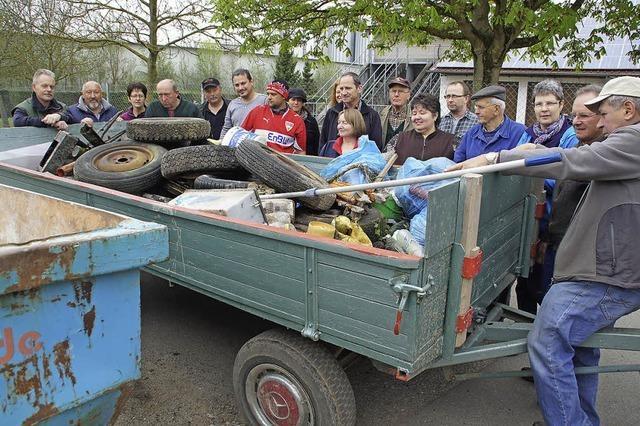 40 Helfer tragen jede Menge Müll zusammen