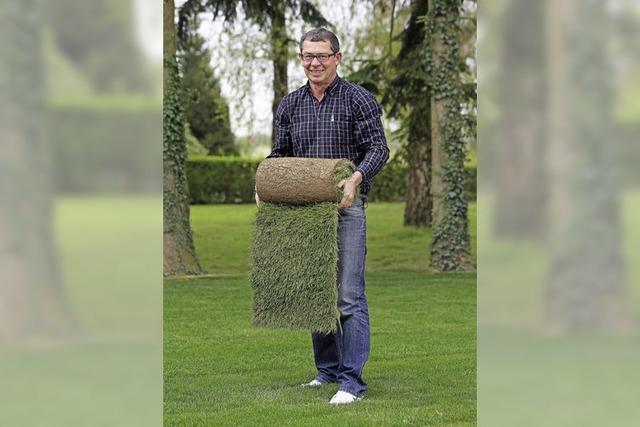 Rainer Müller rollt den Rasen