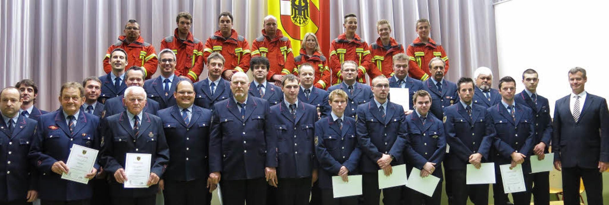 In ihrer Hauptversammlung ehrte die Fe... beförderte zahlreiche Feuerwehrleute.    Foto: claudia müller