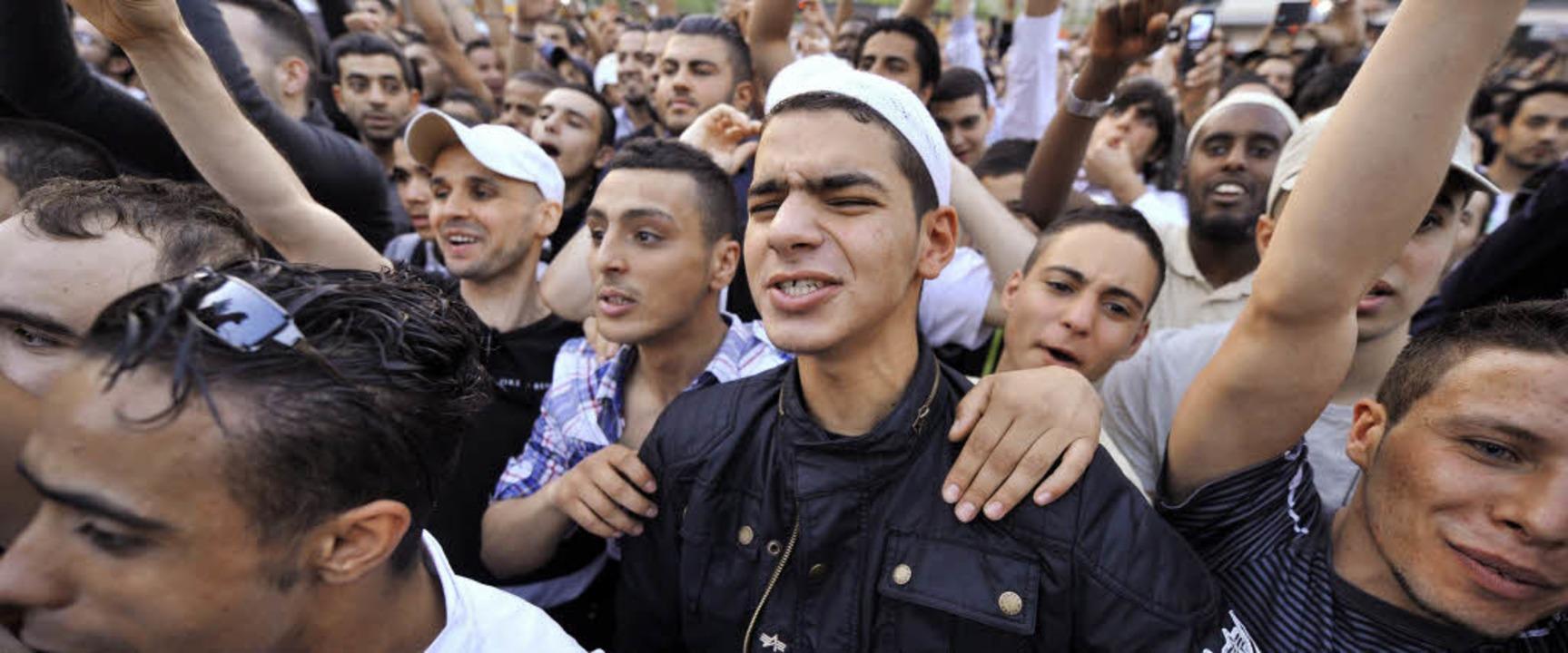 Anhänger der Salafisten jubeln  in  Fr...mstrittenen Prediger Pierre Vogel zu.   | Foto: dpa