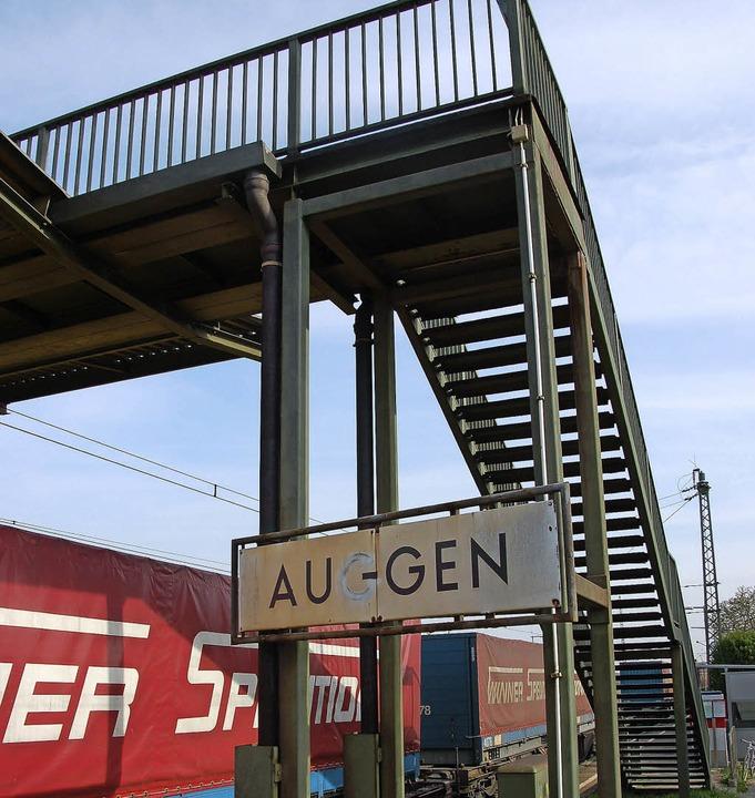 Die Fußgängerbrücke am Auggener Bahnho...hindertengerechte  Unterführung baut.   | Foto: Sigrid Umiger